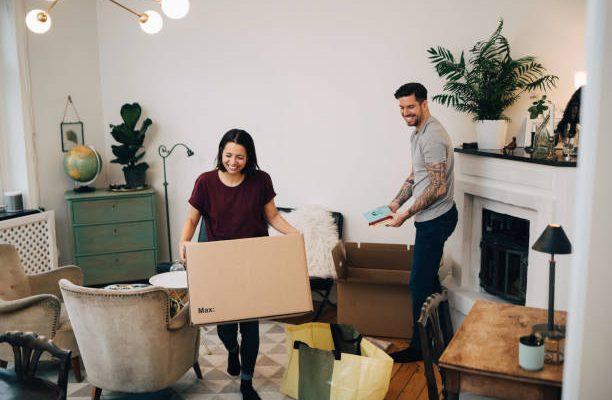 Couple qui prépare ses cartons de déménagement