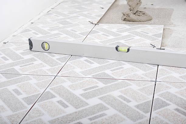Carrelage blanc et gris à motifs