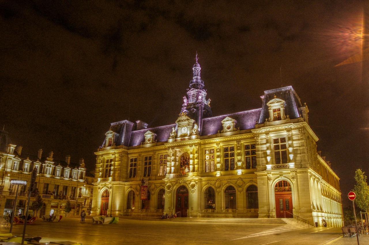 photo de nuit de l'hôtel de ville de Poitiers